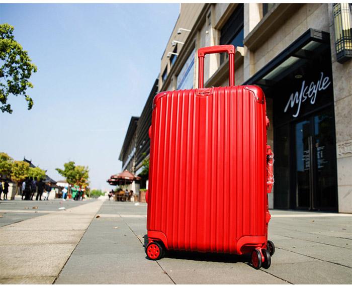 紅色行李箱情境圖